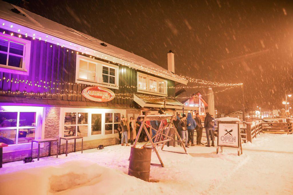 Folk ute på fest på Hemsedal Cafe