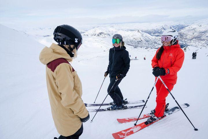 Folk står på ski på Hemsedal Skisenter